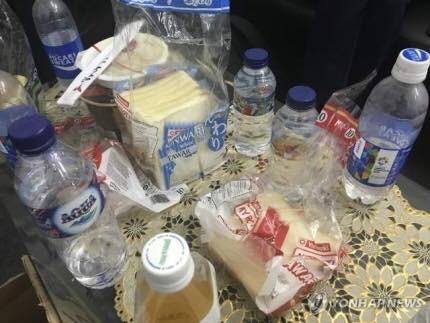 Chủ nhà tiếp đãi các đội tuyển LMHT bằng bánh mì và nước lọc tại Asian Games 2018.