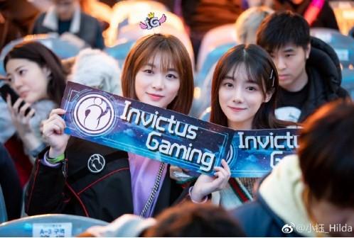 Hilda (phải) sang Hàn Quốc cổ vũ bạn trai